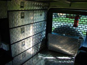 Interior de 4x4 con cajoneras de aluminio organizadoras